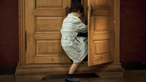Julius (Jan Kranholdt) spielt Verstecken, während seine Schwester Feli telefoniert. | Rechte: MDR/Anke Neugebauer