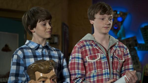 Jonny (li. Paul Hartmann) und Tobias (Stefan Wiegand) wollen Pippi zur Seite stehen und den Mobber ausschalten. | Rechte: MDR/Anke Neugebauer