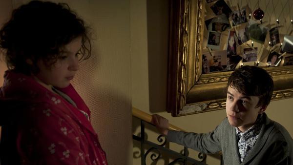 Pippi (Marie Borchardt) hat eine Auseinandersetzung mit Hubertus (Hugo Gießler) im Foyer. | Rechte: MDR/Anke Neugebauer