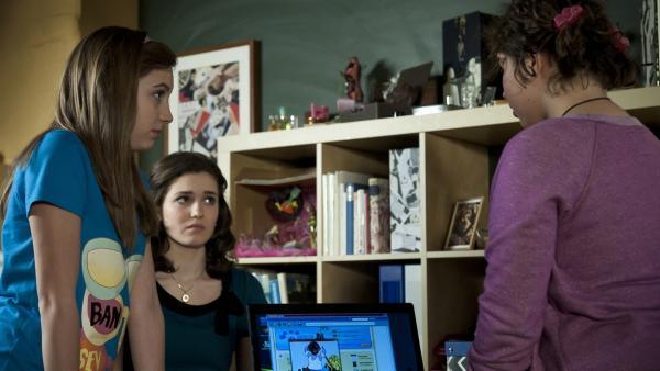 Pippi findet heraus, dass sie im Internet gemobbt wird.<br/>(v.l.n.r. Viktoria Krause; Sophie Imelmann; Marie Borchardt) | Rechte: MDR/Anke Neugebauer