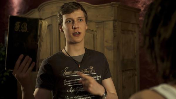 Elias (Albert Wey, li.) berichtet Tommy (Lucas Leppert) von dem Schatz. | Rechte: MDR/Anke Neugebauer