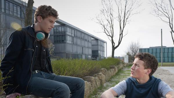Sándor (Lennart König, re.) erfährt von Tamas (Edzard Ehrle, li.), dass Jo ein Date mit einem anderen hat. | Rechte: MDR/Anke Neugebauer