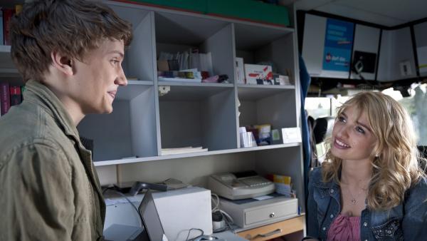 Justus (Robert Reichert) lädt Jasmin (Sarina Nowak) ins Kino ein. | Rechte: MDR/Anke Neugebauer