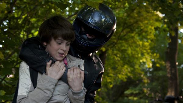 Jonny (Paul Hartmann) wird von einem brutalen Unbekannten massiv eingeschüchtert.   Rechte: MDR/Anke Neugebauer