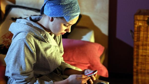 Constanze (Henrieke Fritz) erhält eine niederschmetternde SMS von ihrem Vater. | Rechte: MDR/Anke Neugebauer