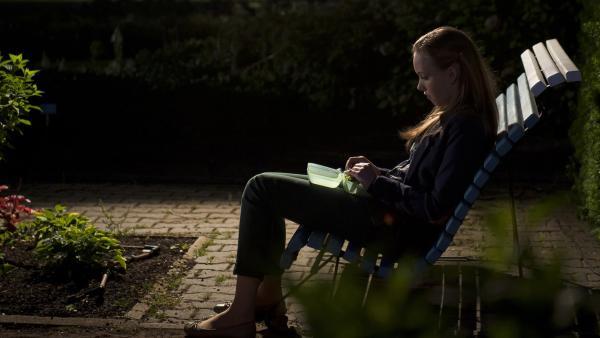 Constanze (Henrieke Fritz) muss feststellen, dass ihr intrigantes Verhalten sie in große Einsamkeit gestürzt hat. | Rechte: MDR/Anke Neugebauer