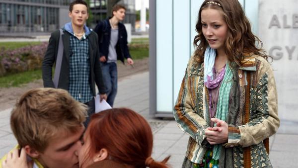 Um Sándor (Lennart König) eifersüchtig zu machen, küsst Jo (Lena Ladig) ihren Freund Matteo (Anton Martin) vor seinen Augen. | Rechte: MDR/Anke Neugebauer