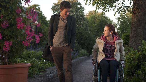 Auffällig entspannt schlendert Sándor (Lennart König) mit Jo (Lena Ladig) nach Hause. | Rechte: MDR/Anke Neugebauer