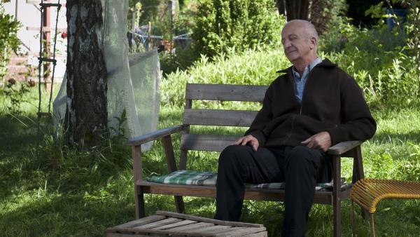 Zufrieden schläft Opa Knecht in seinem Garten ein - für immer. (Philip Sonntag) | Rechte: MDR/Anke Neugebauer