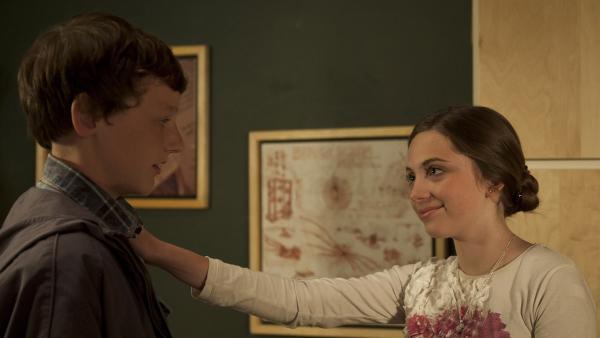 Liz versucht ihren Freund Tobias zu trösten. (Stefan Wiegand, li.; Viktoria Krause, re.) | Rechte: MDR/Anke Neugebauer