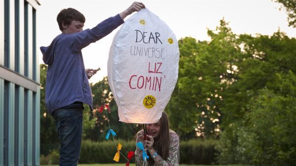 Tobias und Liz starten eine Himmelslaterne. (Stefan Wiegand, li; Viktoria Krause, re.) | Rechte: MDR/Anke Neugebauer
