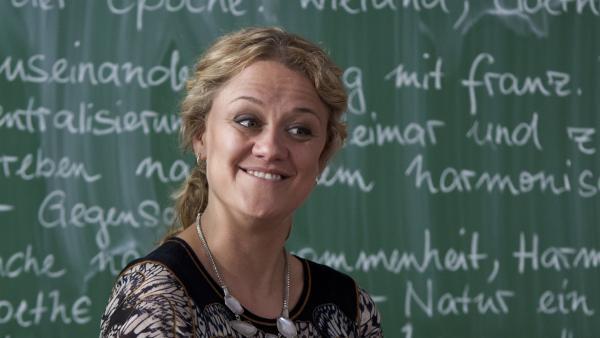 Frau Schumann (Lisa Feller) berichtet von ihrer Tochter Li-Ming. | Rechte: MDR/Anke Neugebauer