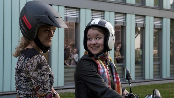 Kaum angekommen fordert Li-Ming (Ruth Schönherr, re.) ihre Mutter (Lisa Feller, li.) zu einer Spritztour heraus. | Rechte: MDR/Anke Neugebauer