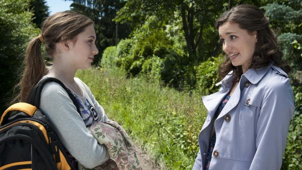 Mary versichert Liz, dass sie keine Bedenken über Phillips Treue hat. (Viktoria Krause, li.; Sophie Imelmann, re.) | Rechte: MDR/Anke Neugebauer