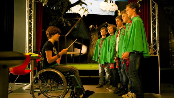 Jo (Lena Ladig) koordiniert die Theaterprobe. | Rechte: MDR/Anke Neugebauer