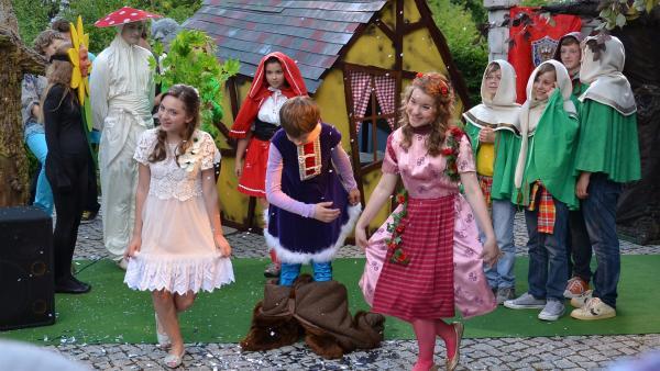 Das Theaterstück ist ein Erfolg. V.l.: Viktoria Krause, li.; Paul Hartmann, Mi.; Ruth Schönherr, re.). | Rechte: MDR/Anke Neugebauer