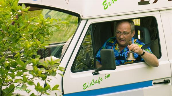 Eis für alle! Hausmeister Pasulke kommt mit dem Eiswagen. (Gert Schaefer) | Rechte: MDR/Anke Neugebauer