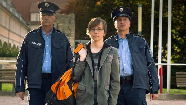 """Adrian (Lukas Lange) platzt in Polizeibegleitung ins """"Schloss Einstein Camp"""".   Rechte: MDR/Anke Neugebauer"""