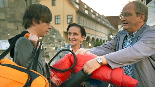 Frau Rottbach (Angelika Böttiger) und Herr Pasulke (Gert Schaefer) rüsten Adrian (Lukas Lange, li.) richtig für das Campen aus. | Rechte: MDR/Anke Neugebauer