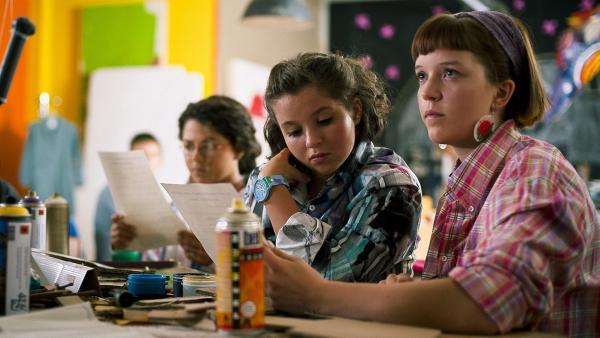 Roxy Wildenhahn (Helene Mardicke, re.) und Pippi (Marie Borchardt, li.) im Kunstunterricht | Rechte: MDR/Anke Neugebauer