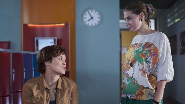 Bella (Marie Meinzenbach) erkundigt sich bei Jo (Lena Kaufmann), ob alles okay ist. | Rechte: MDR/Anke Neugebauer