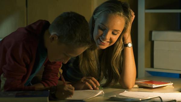 Constanze (Henrieke Fritz) hilft ihrem kleinen Bruder Dominik (Yannick Rau) bei den Hausaufgaben. | Rechte: MDR/Anke Neugebauer
