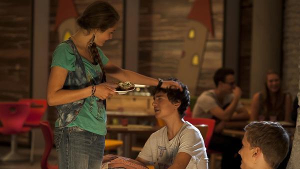 Fritzi (Ernestine Kemnitz) bevormundet ihren Freund Tommy (Lucas Leppert) ordentlich. Sehr zur Freude von Justus (Robert Reichert).   Rechte: MDR/Anke Neugebauer