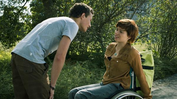 Sàndor (Lennart König) begrüßt stürmisch seine Freundin Jo (Lena Kaufmann), doch die blockt ab.   Rechte: MDR/Anke Neugebauer