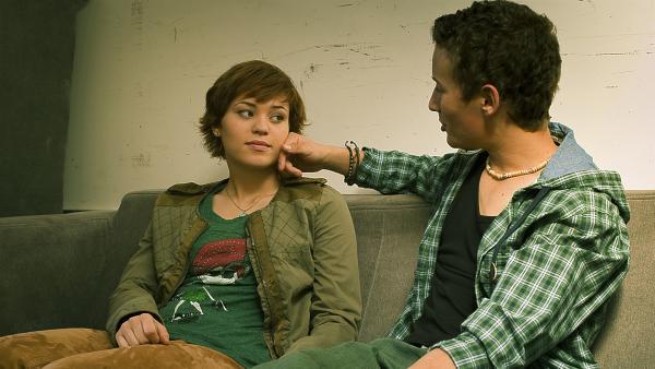 Sándor (Lennart König) muntert Jo (Lena Kaufmann) auf, denn sie macht sich Sorgen um die gemeinsame Zukunft.   Rechte: MDR/Anke Neugebauer