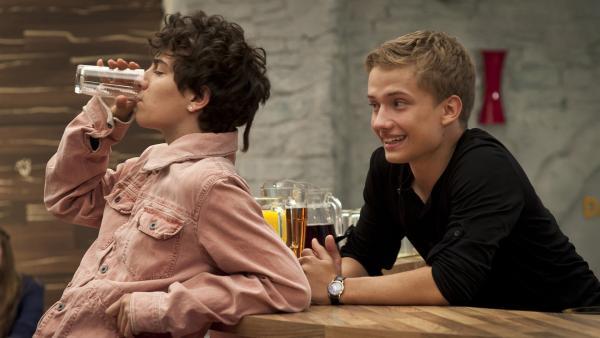 Justus (Robert Reichert) macht sich über seinen Bruder Tommy (Lucas Leppert) lustig, denn der trägt seiner Freundin zuliebe einen Ohrstecker.   Rechte: MDR/Anke Neugebauer