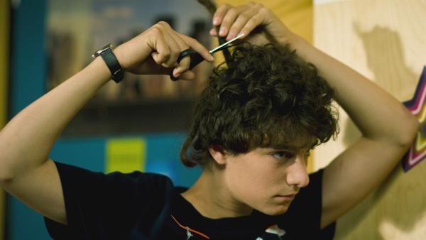 Tommy (Lucas Leppert) hat die Faxen dicke, er schneidet sich seine Haare selbst ab.   Rechte: MDR/Anke Neugebauer