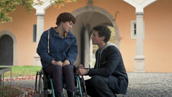 Jo (Lena Kaufmann) ist traurig über den baldigen Fortgang von Sàndor (Lennart König).   Rechte: MDR/Anke Neugebauer