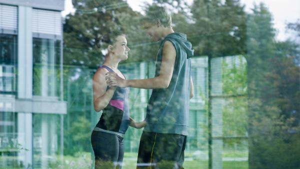 Li-Ming (Ruth Schönherr) und Nils (Jacob Körner) kommen sich nach der Tanzstunde näher.   Rechte: MDR/Anke Neugebauer