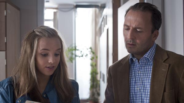 Constanze (Henrieke Fritz) will Dr. Berger (Robert Schupp) weismachen, dass Dominik auf eine Hochbegabtenschule geschickt werden sollte. | Rechte: MDR/Anke Neugebauer