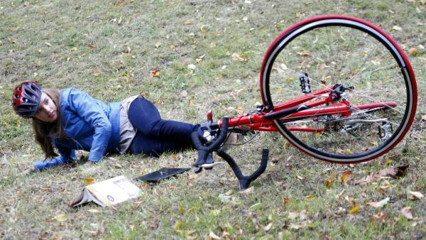 Constanze (Henrieke Fritz) hat einen Unfall während sie mit Dominik lernt und schrottet ihr Fahrrad. | Rechte: MDR/Anke Neugebauer