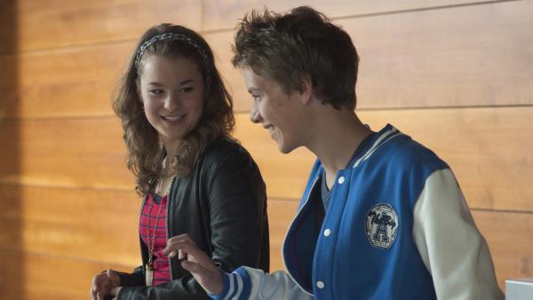 Nils (Jacob Körner) und Li-Ming (Ruth Schönherr) sind erleichtert, dass Liz sie nicht verraten hat. | Rechte: MDR/Anke Neugebauer