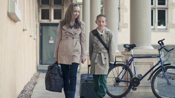 Constanze (Henrieke Fritz) holt ihren Bruder Dominik (Yannick Rau) aufs Einstein zurück. | Rechte: MDR/Anke Neugebauer