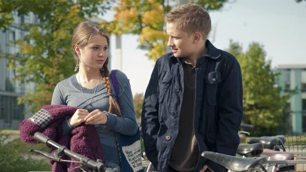 Justus (Robert Reichert) versucht vor Fritzi (Ernestine Kemnitz) Tommys Fauxpas wieder gut zu machen. | Rechte: MDR/Anke Neugebauer