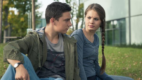 Tommy (Lucas Leppert) ist kurz davor mit Fritzi (Ernestine Kemnitz) Schluss zu machen, schafft es aber nicht. | Rechte: MDR/Anke Neugebauer