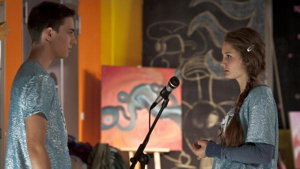 Tommy (Lucas Leppert) sagt Fritzi (Ernestine Kemnitz), dass es ihm peinlich ist, wie sie sich verhält. | Rechte: MDR/Anke Neugebauer