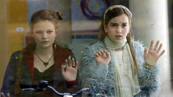 Serena (Svea Engel, li.) und Miriam (Jelena Herrmann, re.) wollen nicht, dass sich ihre Eltern verstehen. | Rechte: MDR/Anke Neugebauer