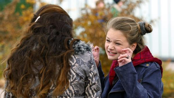 Serena (Svea Engel, re.) versucht vor ihrer Mutter (Ina Paule Klink, li.) Miriams Vater schlecht zu reden. | Rechte: MDR/Anke Neugebauer