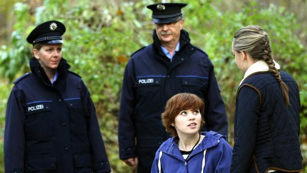Constanze (Mi., Henrieke Fritz) und Jo (re., Lena Ladig) wollen der Polizei die ausgelagerten Fässer zeigen.   Rechte: MDR/Anke Neugebauer