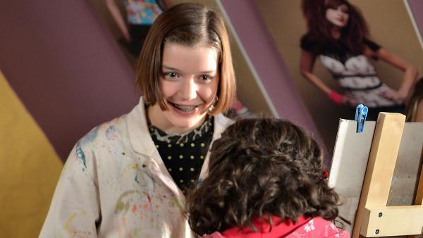 Roxy (Helene Mardicke) erfährt von Pippi (Marie Borchardt), dass ihre Bilder ausgestellt werden sollen.   Rechte: MDR/Anke Neugebauer