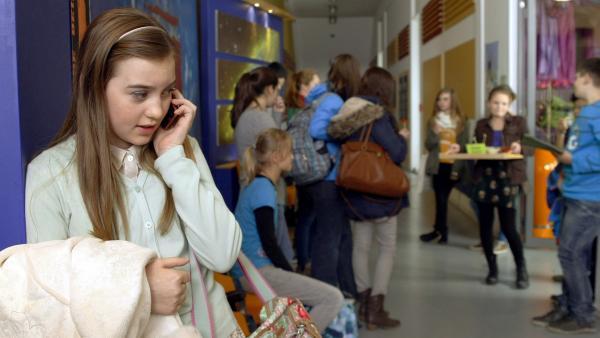 Miriam (Jelena Herrmann) ruft beim Radio an um Serena einen handfesten Skandal anzuhängen.   Rechte: MDR/Anke Neugebauer