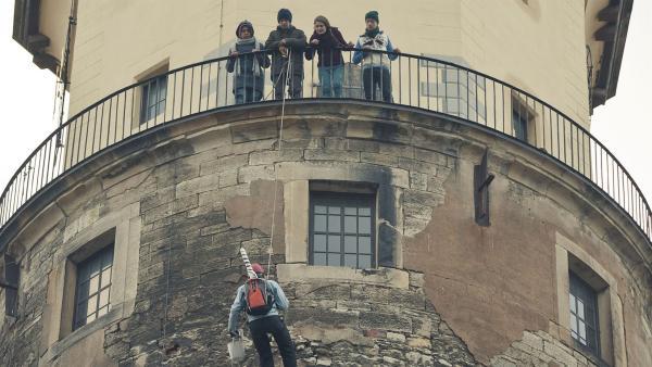 Justus (u. Robert Reichert) will in einer waghalsigen Aktion den Turm vom Internat plakatieren. (o. Streetart-Clique).   Rechte: MDR/Anke Neugebauer