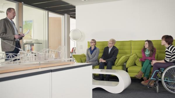 Bella (Marie Meinzenbach, 2.v.re.) und Jo (Lena Ladig, re.) haben an einem Test für ein Parktikum im Ingeneurbüro teilgenommen und bekommen das Ergebnis vom Prüfer (Dominik Bender).   Rechte: MDR/Anke Neugebauer