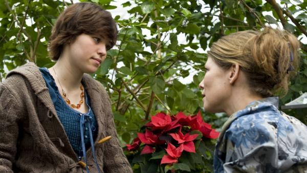 Jo's Mutter (Sonja Baum) versucht Jo (Lena Ladig) von der Idee abzubringen, zurück nach Ungarn zu gehen. | Rechte: MDR/Anke Neugebauer