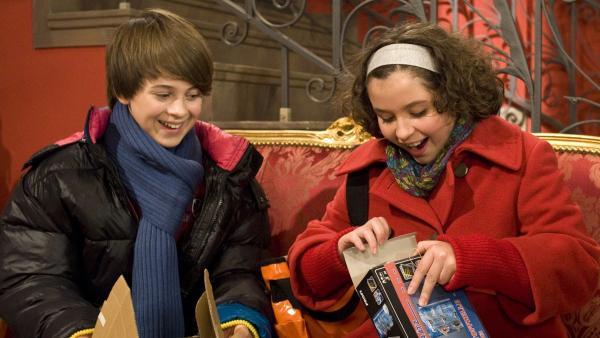 Jonny (Paul Hartmann) und Pippi (Marie Borchardt) freuen sich über ein Päckchen von einem unbekannten Absender. | Rechte: MDR/Anke Neugebauer