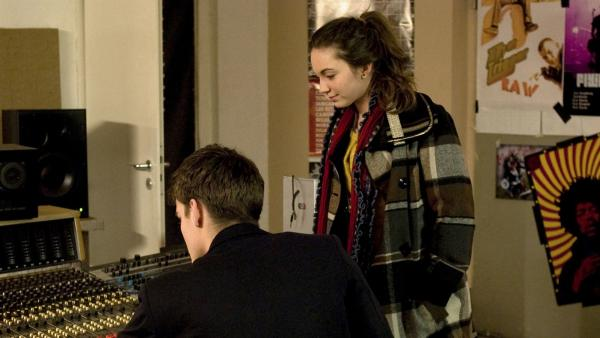 Liz (Viktoria Krause) fühlt dem Musikproduzenten (Paul Triller) auf den Zahn. | Rechte: MDR/Anke Neugebauer